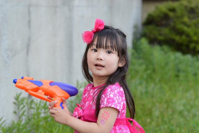 女の子 水鉄砲